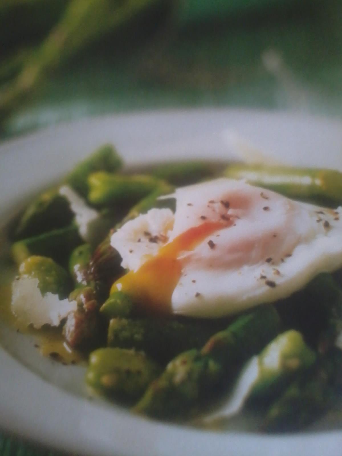 Entrées BIO – Salade d'asperges et de fèves au pecorino avec son oeuf poché